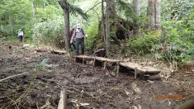 空沼岳の登山道に木道を
