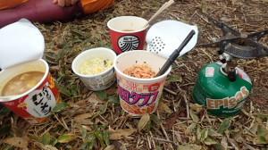 早々にラーメンタイム♪普段食べないようなカップ麺を各自持参。お互いのを食べ比べ♪