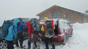 登山口はいつもの十勝岳温泉前の駐車場。やはりここはいつも悪天候。