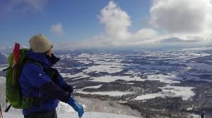 この時期にこんな快晴に恵まれて皆感激。初めて北海道で山スキーをした入門者Sさんはいきなりこんな景色を見られて何度も感激してくれて良かったです。