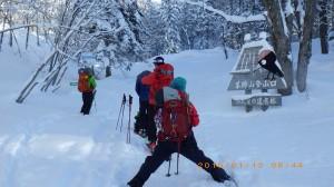 夏山の真狩コース登山口から入ります。
