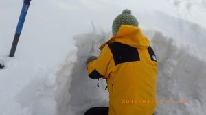 コンプレッションテスト(弱層テスト)訓練。雪崩の起きやすさなどを確認します。