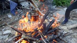 食当H光氏セッティングにより、焚火でご飯、絶妙な火加減とタイミングですっごく美味しく炊けました~!