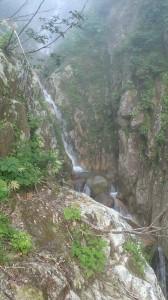 高巻きからみた釜持ちの滝