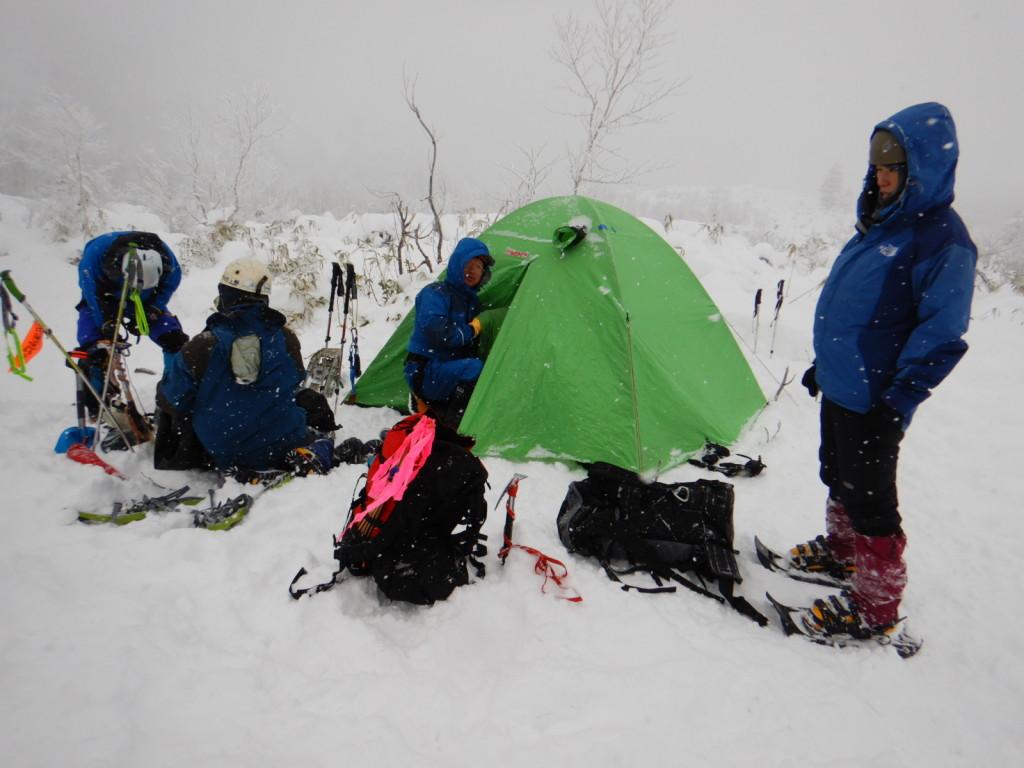 雪が遅くていつものテンバは笹だらけ。今回は堰堤近くにテン張りました!