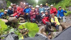 途中の大滝で、全員集合!でも、肝心の滝は見えず