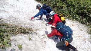 雪渓で雪だるまを作る平均年齢47歳