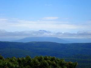 存在感のある羊蹄山もかろうじて見えました! 頂上の時間を11:30に設定したのに12:00に到着。後続パーティーを待ちますが、そりゃ引き返してるよね。反省!