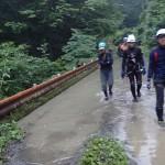 渓流橋を渡渉(?)