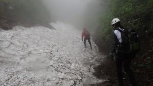 この雪渓は左岸から巻きました